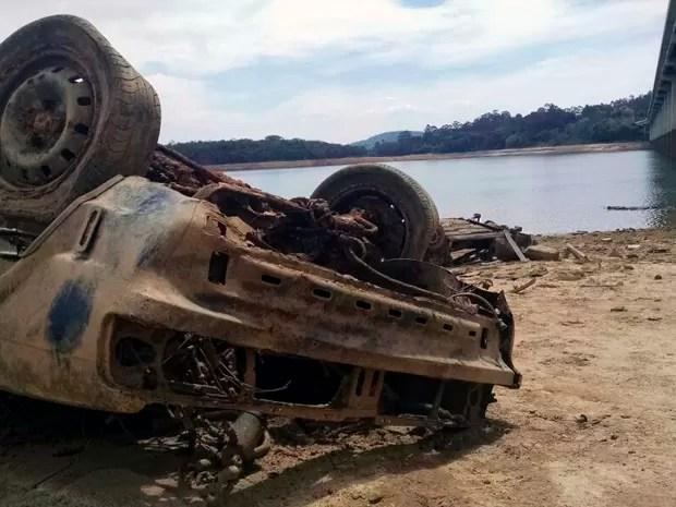 Seca em represa do Cantareira revela 'cemitério de carros' em Nazaré Paulista, SP (Foto: Silas Basílio/ TV Vanguarda)