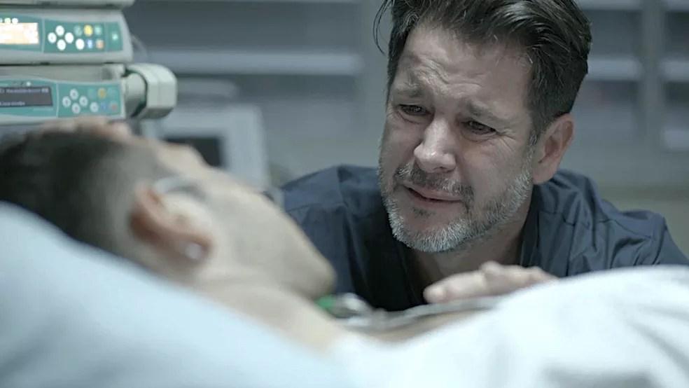 Raul (Murilo Benício) fica desolado com a morte do filho em 'Amor de Mãe' — Foto: Globo