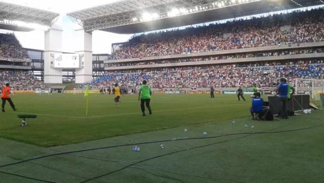 Invasão de campo na Arena Pantanal - Santos x São Paulo (Foto: Christian Guimarães)