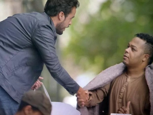 Enrico faz acordo com mendigos (Foto: TV Globo)