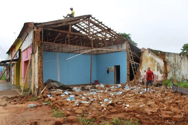Alguns homens contratados estavam retirando parte dos escombros (Foto: Júnior Freitas/G1)