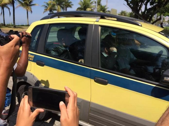Táxi com três médicos chega à casa de Jair Bolsonaro, na Barra — Foto: Alba Valéria Mendonça/G1
