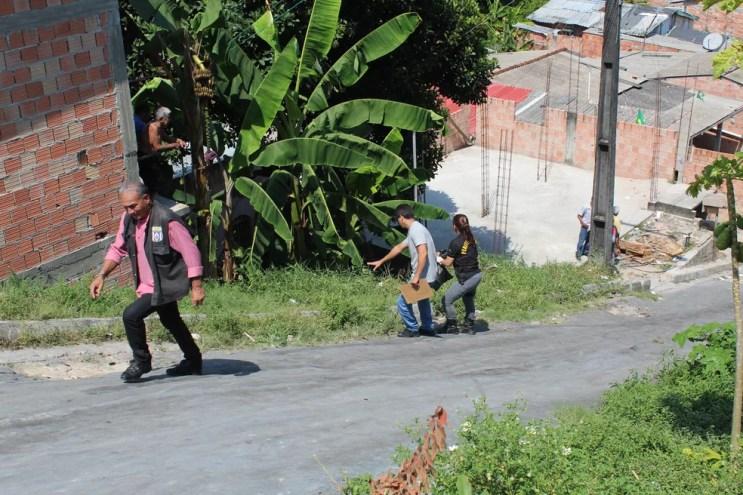 Vítima foi encontrada caída em quintal de residência (Foto: Rickardo Marques/G1 AM)