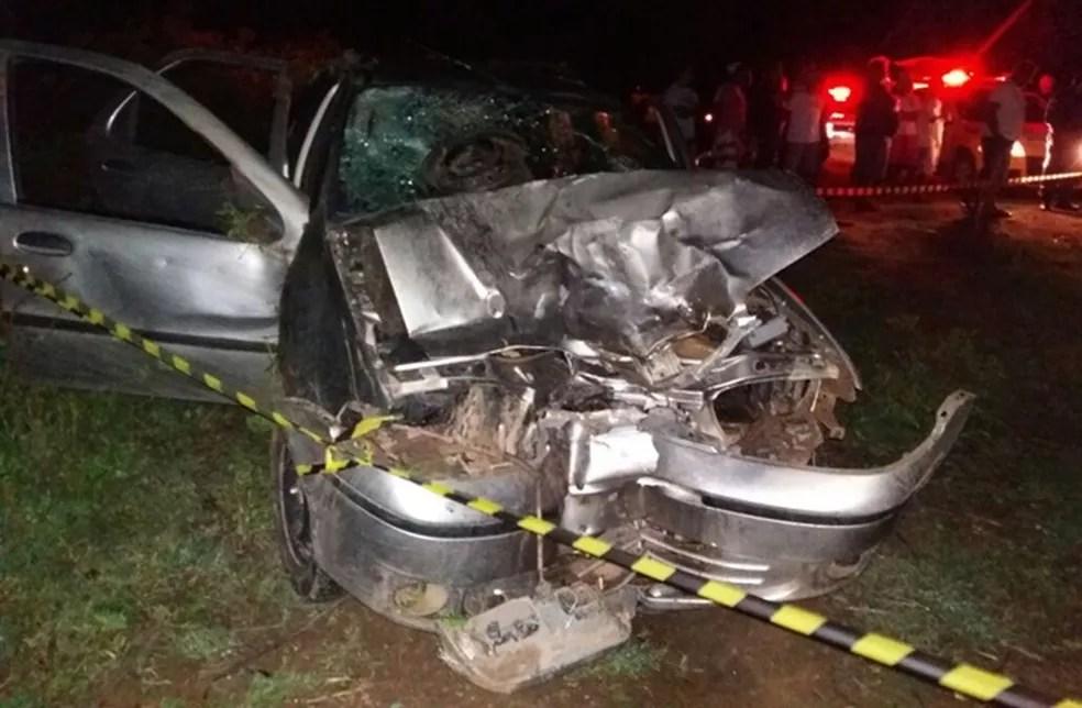 Com a batida, carro ficou com a frente destruída (Foto: Divulgação/PM)