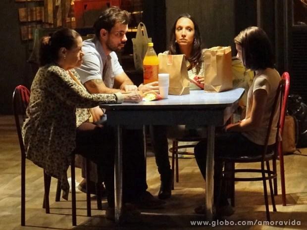 Ninho se irrita com Paulinha e a deixa sem comida (Foto: Amor à Vida/ TV Globo)