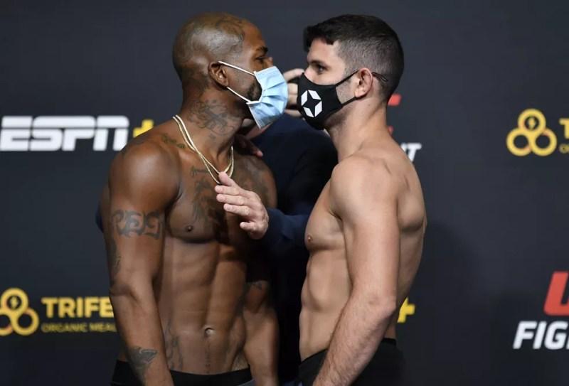 Bobby Green e Thiago Moisés fizeram uma encarada dura após a pesagem do UFC Hall x Silva — Foto: Getty Images