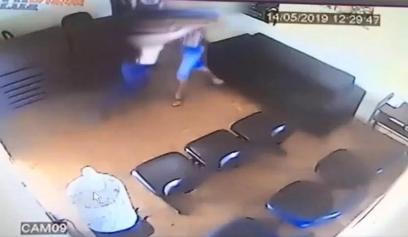 Policial consegue segurar homem, que tentava deixar a delegacia em Andradina — Foto: Reprodução