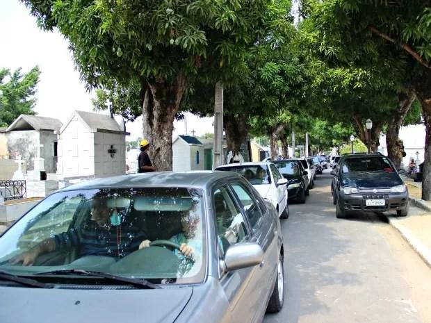Houve congestionamentos de veículos no Cemitério São João Batista (Foto: Adneison Severiano/G1 AM)