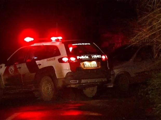 Viatura da PM conseguiu cercar veículo suspeito em Paulínia (Foto: Reprodução / EPTV)