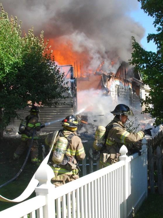 Bombeiros tentam controlar chamas após queda de avião (Foto: The Republic, Joe Harpring/AP)