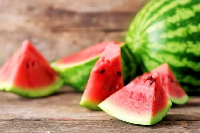 Além do efeito diurético, a melancia tem uma substância com efeito anti-inflamatório. — Foto: Shutterstock