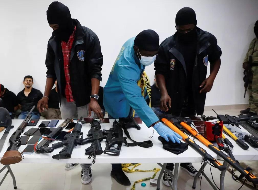 Metralhadoras, celulares e passaportes apreendidos com os suspeitos de assassinar o presidente do Haiti, Jovenel Moise, são mostrados à imprensa em Porto Príncipe em 8 de julho de 2021 — Foto: Estailove St-Val/Reuters