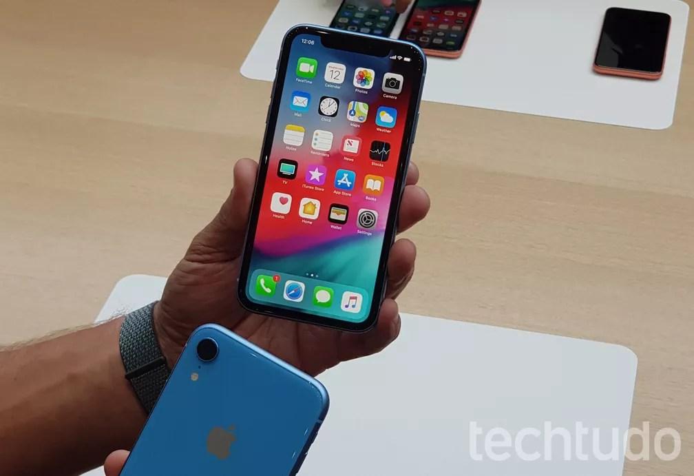 O colorido iPhone XR tem tela mais modesta — Foto: Thássius Veloso/TechTudo