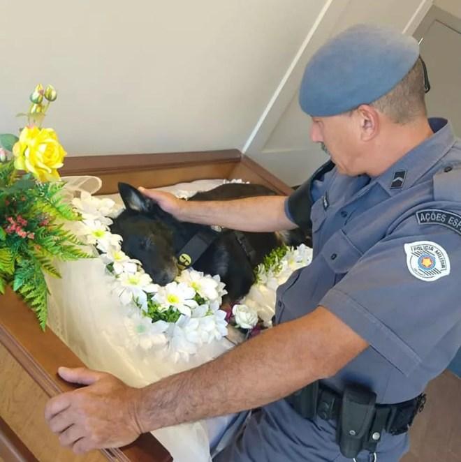 Policial se despede de cachorro farejador em Rio Preto  — Foto: Divulgação/Polícia Militar
