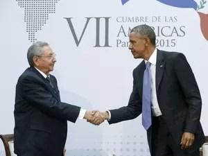 O presidente dos EUA  Barack Obama cumprimenta o presidente de Cuba Raul Castro durante encontro na Cúpula das Américas na Cidade do Panamá (Foto: Jonathan Ernst/Reuters)