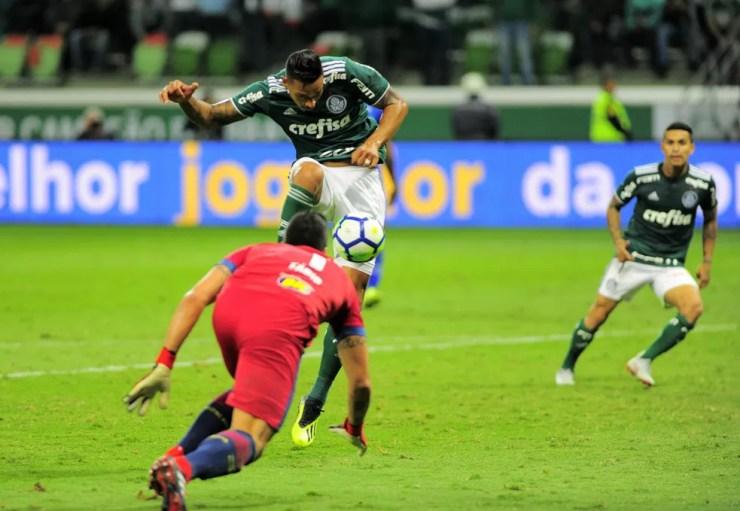 Antônio Carlos e Fábio em lance polêmico no fim do jogo — Foto: Marcos Ribolli