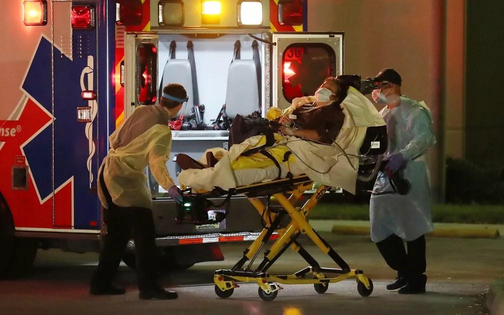 Paciente é retirado de ambulância no Broward Health Medical Center, em Fort Lauderdale, na Flórida, na quinta-feira (2) — Foto: Joe Raedle/Getty Images/AFP