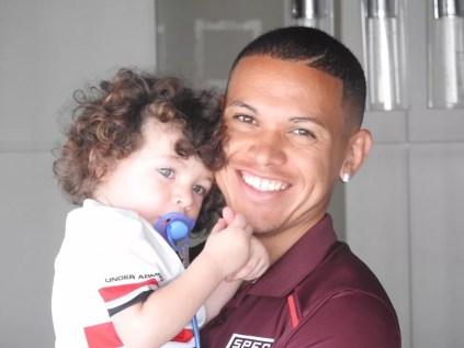 Marcos Guilherme com o pequeno Guilherme, filho de um ano e nove meses (Foto: Marcelo Hazan)