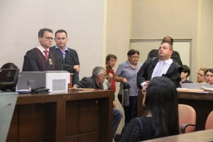 Advogado Wagner Veloso Martins faz parte da defesa de Edvaldo Soares da Silva, acusado de matar e estuprar a adolescente Rebeca Cristina; a esquerda, o promotor Marcus Antonius — Foto: Dani Fechine/G1
