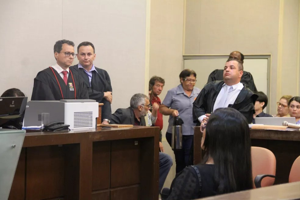Advogado Wagner Veloso Martins faz parte da defesa de Edvaldo Soares da Silva, acusado de matar e estuprar a adolescente Rebeca Cristina; à esquerda, o promotor Marcus Leite — Foto: Dani Fechine/G1