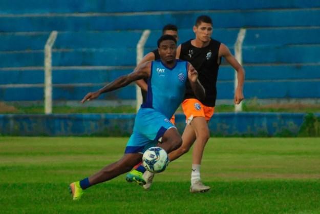 Michel Douglas deve reestrear pelo CSA no próximo domingo — Foto: Mac Cavalcante/GloboEsporte.com