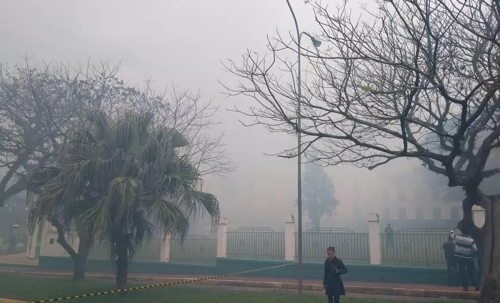 Fumaça tomou conta da área onde fica o batalhão em São Leopoldo (Foto: Guacira Merlin/RBS TV)