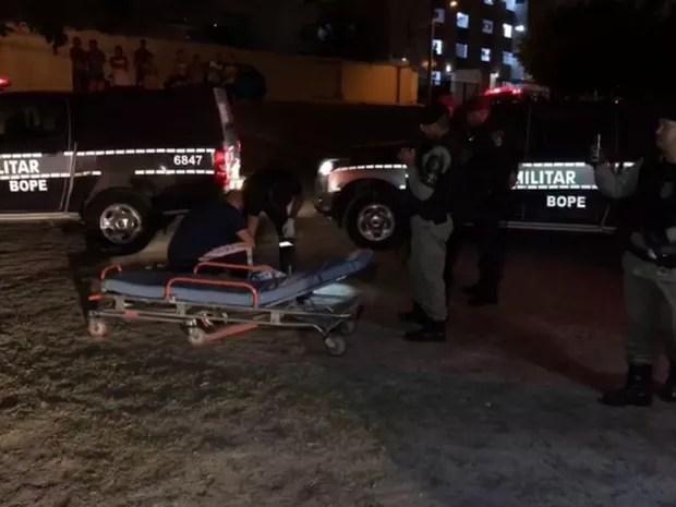 Suspeito de assassinar ex mulher a facadas é atendido após ser linchado pela população (Foto: Walter Paparazzo/G1)