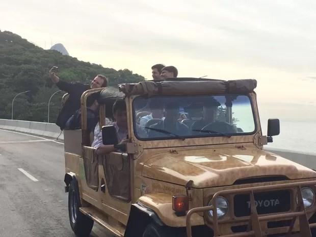 Prefeito circula de jipe pela via ao lado dos secretários Rafael Picciani e Pedro Paulo Carvalho (Foto: Matheus Rodrigues / G1)