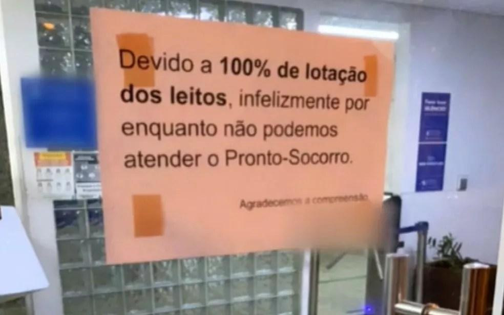 Lotado, hospital coloca cartaz na porta para avisar que fechou o pronto-socorro, em Goiânia  — Foto: Reprodução/TV Anhanguera