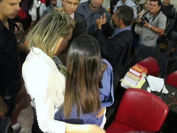 Marcelaine se abraçou com irmã e chorou após decisão da Justiça (Foto: Ive Rylo/G1 AM)