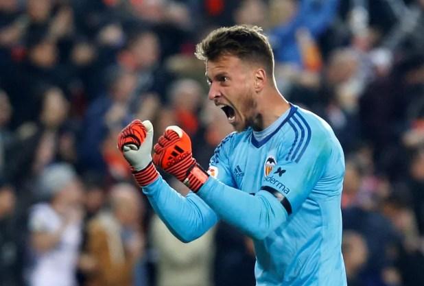 Neto é um dos destaques do Valencia na temporada (Foto: Heino Kalis/Reuters)