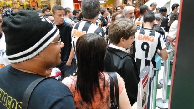 Torcedores do Galo fazem fila para ver a taça do Mundial (Foto: Gabriel Duarte)