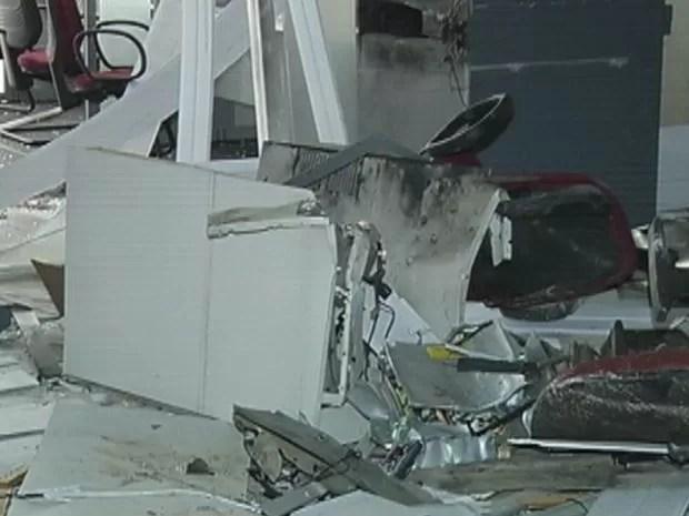 Agência bancária ficou destruída após a explosão. (Foto: reprodução/TV Tem)