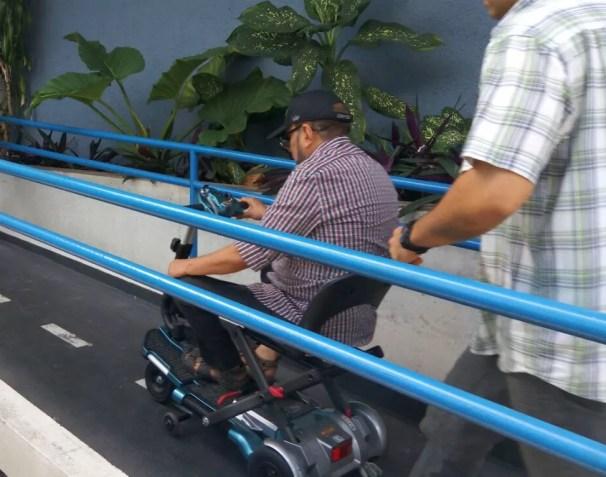 Duciomar Costa chega à Polícia Federal em uma cadeira motorizada (Foto: Victor Furtado/O Liberal)