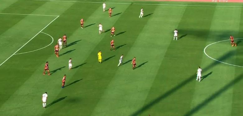Marcação do Ituano sobre o São Paulo era dura, mas o Tricolor soube rodar a bola e encontrar os espaços — Foto: reprodução