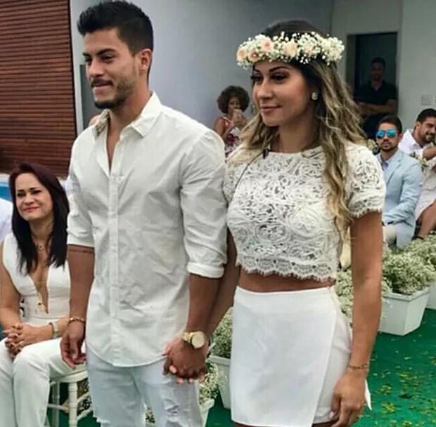 Arthur Aguiar em casamento surpresa organizado pela noiva Mayra Cardi.