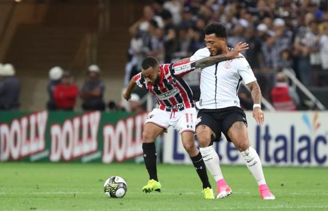 Wesley disputa bola com Kazim durante o clássico do último domingo (Foto: Rubens Chiri / saopaulofc.net)