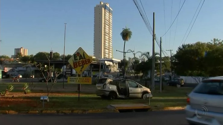 Carro que se envolveu em acidente é colocado em avenida durante campanha (Foto: Reprodução/TV TEM)