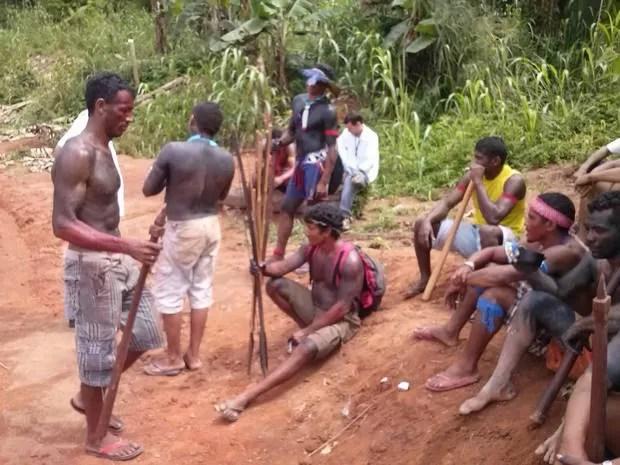 Cerca de 20 índios bloqueiam o acesso ao sítio Pimental nesta segunda-feira, 7 (Foto: Felipe Adam / arquivo pessoal)