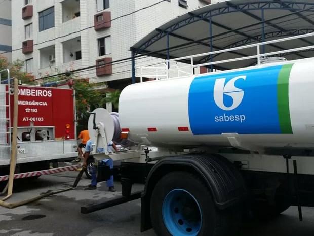 Caminhão-pipa foi encaminhado até local do incêndio (Foto: Adriana Cutino / G1)