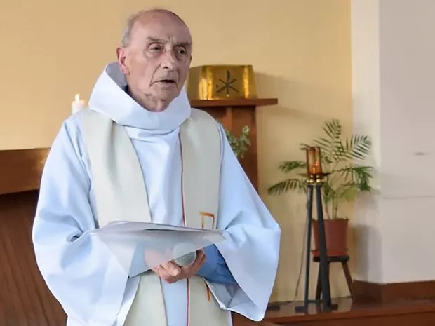 Padre Jacques Hamel, de 84 anos, foi degolado após dois homens armados com faca invadirem a paróquia em que trabalhava em Saint-Etienne-du-Rouvray, na Normandia, nesta terça-feira (26) (Foto: AFP)