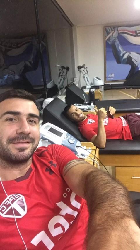 Lucas Pratto postou foto fazendo tratamento no Reffis com Morato (Foto: Reprodução)