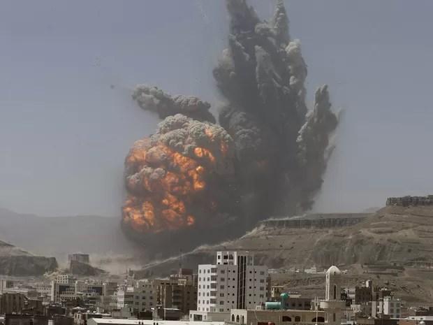 Explosão é vista após depósito de armas ser atingido por bombardeio nesta segunda-feira (20) em Sanaa, no Iêmen: ataque deixou mortos  (Foto: Khaled Abdullah/Reuters)