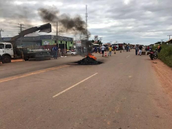 Em protesto, caminhoneiros fecharam parcialmente todas as entradas no Acre (Foto: Reprodução/Rede Amazônica Acre)