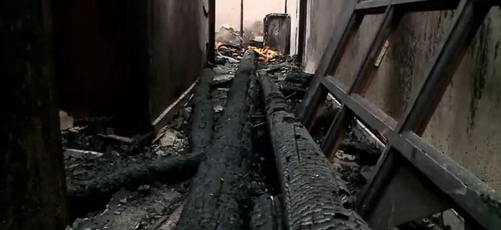 Escombros do local do crime  — Foto: NSC TV/Reprodução