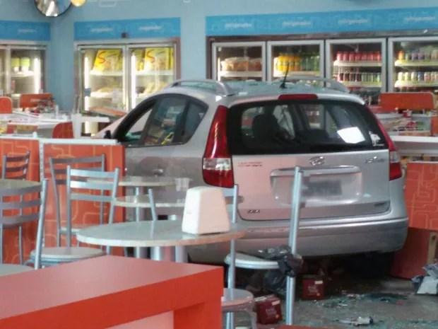 Carro invade loja de conveniência em posto de combustível em Porto Alegre (Foto: Juliano Chimenes/RBS TV)
