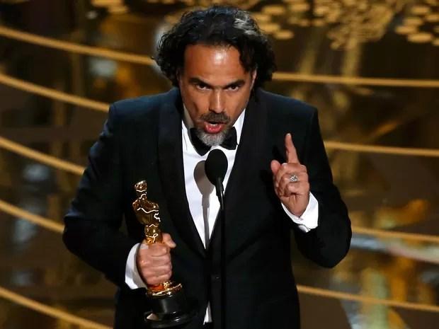 Alejandro Gonzáles Iñárritu recebe o Oscar de melhor diretor por 'O regresso' (Foto: REUTERS/Mario Anzuoni)