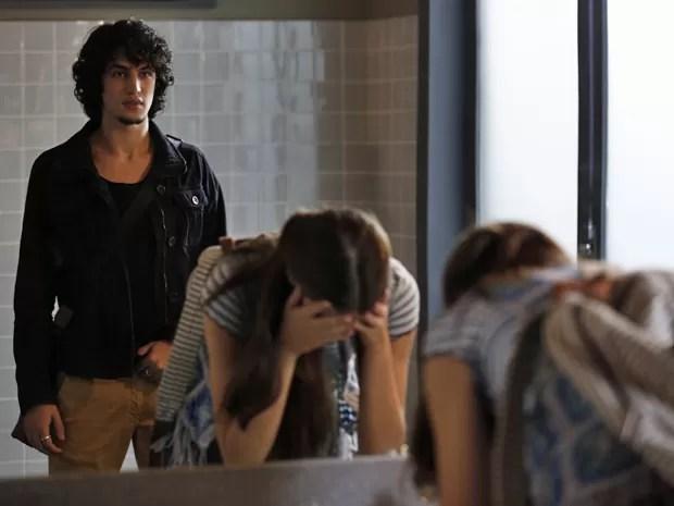 Guilherme encontra Arlete chorando no banheiro da escola (Foto: Inácio Moraes/ Gshow)