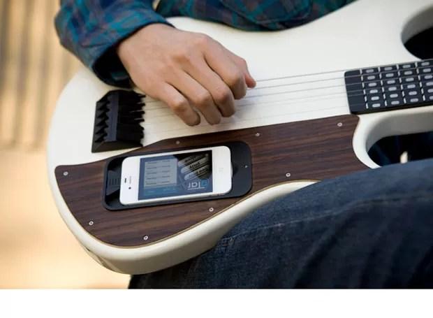 gTar tem espaço para acoplar o iPhone e, por meio de um aplicativo, ensina a tocar música (Foto: Divulgação)