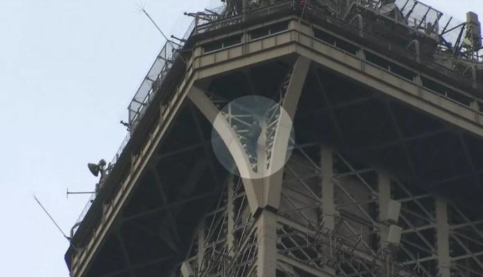 Homem escala a Torre Eiffel em Paris — Foto: Reprodução/GloboNews
